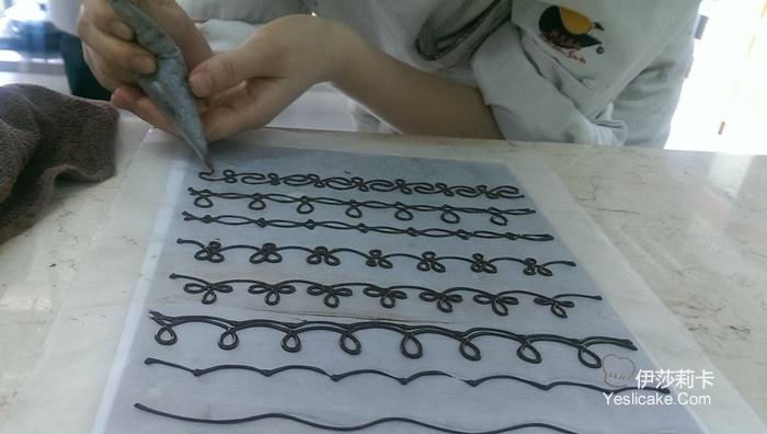包含调温练习,脱模技术,手工巧克力制作及造型制作的相关技巧.